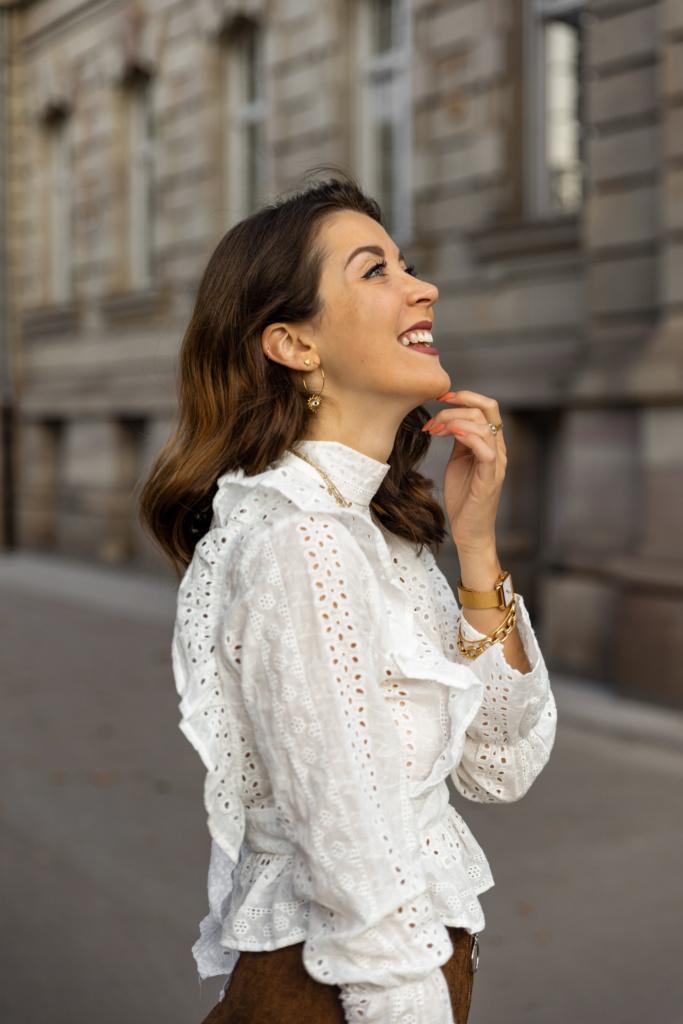 looks d'automne blouse en dentelle dos nu et jupe en velours marron photo portrait