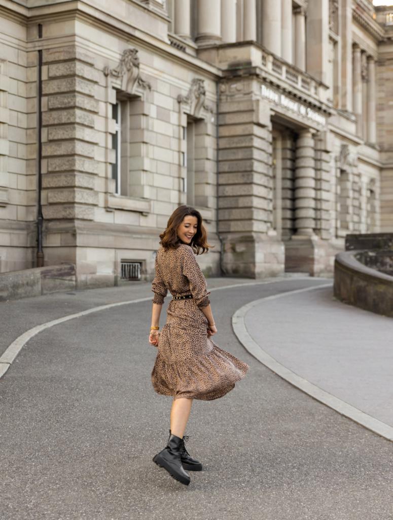 Idées de looks d'automne robe léopard et rangers en cuir noires,