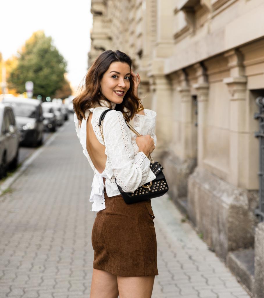 looks d'automne blouse en dentelle dos nu et jupe en velours marron