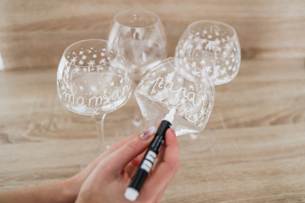 Tuto DIY décoration de Noël table de fête marque place dessin verre flocon nom des invités